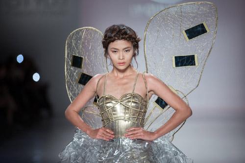 Mâu Thủy mở màn show diễn của Lý Quí Khánh tại New York FW-2