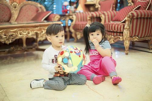 Em gái Thanh Thảo đưa con trai dạo phố xuân-13