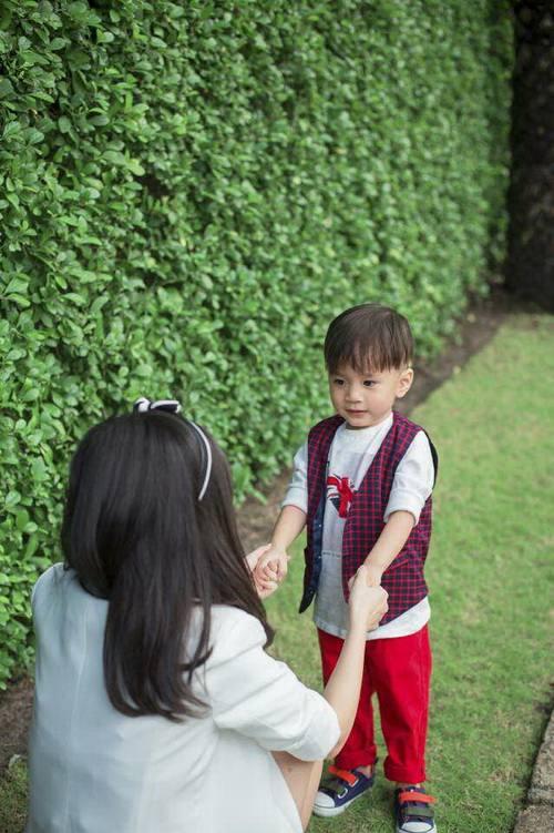 Em gái Thanh Thảo đưa con trai dạo phố xuân-2