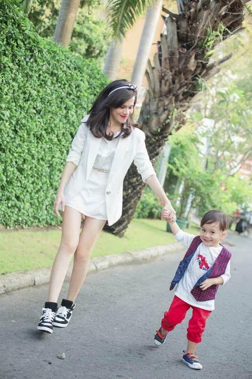 Em gái Thanh Thảo đưa con trai dạo phố xuân-3
