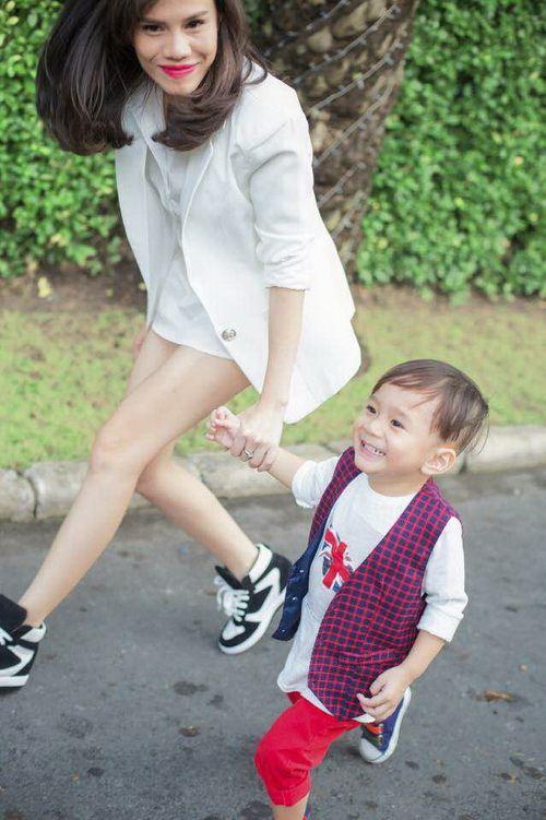 Em gái Thanh Thảo đưa con trai dạo phố xuân-4