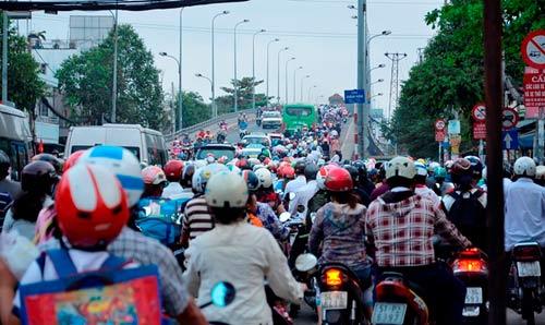 Đường phố tắc nghẽn ngày làm việc đầu năm-9