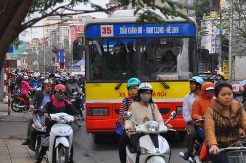 Đường phố tắc nghẽn ngày làm việc đầu năm-7