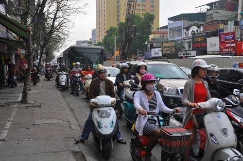 Đường phố tắc nghẽn ngày làm việc đầu năm-6