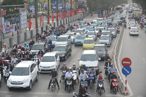 Đường phố tắc nghẽn ngày làm việc đầu năm-5