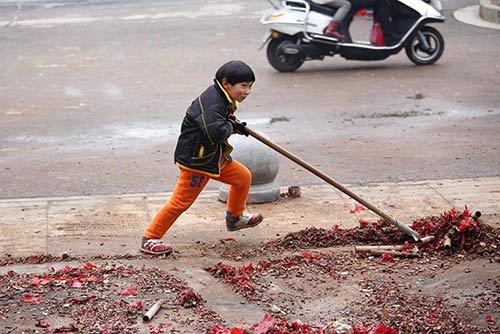 Cảm động với cậu bé quét rác ngoài đường giúp mẹ ngày Tết-2