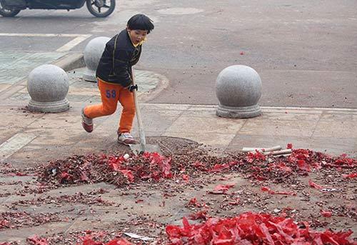Cảm động với cậu bé quét rác ngoài đường giúp mẹ ngày Tết-3
