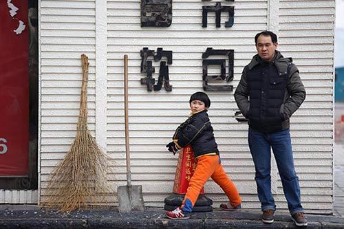 Cảm động với cậu bé quét rác ngoài đường giúp mẹ ngày Tết-4