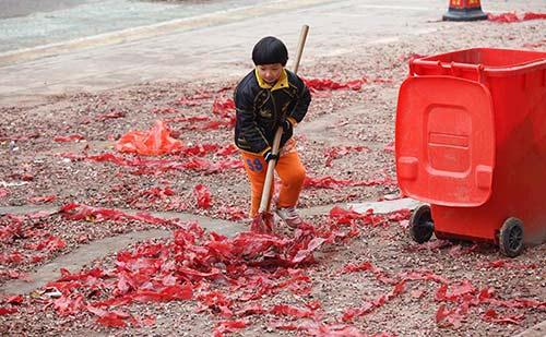 Cảm động với cậu bé quét rác ngoài đường giúp mẹ ngày Tết-1