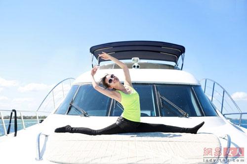ly bang bang khoe dang thon voi yoga tren du thuyen - 4