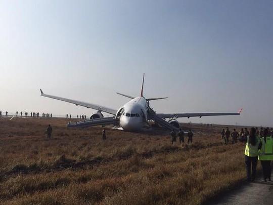 Sương mù dày đặc, máy bay trượt khỏi đường băng-1