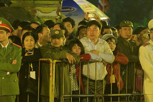 Chen lấn, xô đẩy để giành 'lộc' đêm khai ấn đền Trần-2
