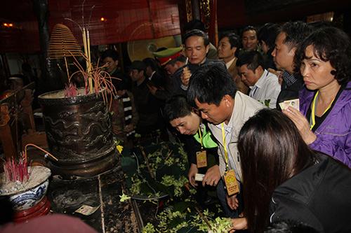 Chen lấn, xô đẩy để giành 'lộc' đêm khai ấn đền Trần-9