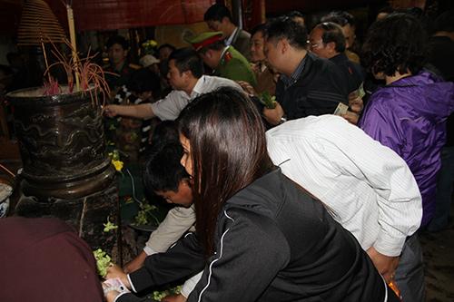 Chen lấn, xô đẩy để giành 'lộc' đêm khai ấn đền Trần-12