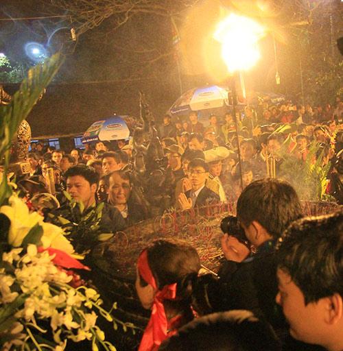 Chen lấn, xô đẩy để giành 'lộc' đêm khai ấn đền Trần-7