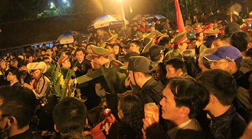 Chen lấn, xô đẩy để giành 'lộc' đêm khai ấn đền Trần-1
