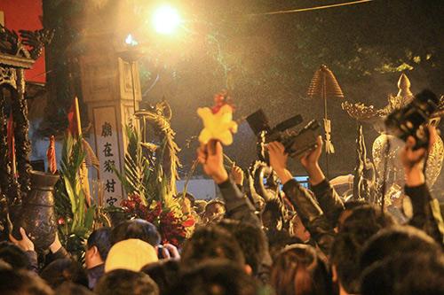 Chen lấn, xô đẩy để giành 'lộc' đêm khai ấn đền Trần-10