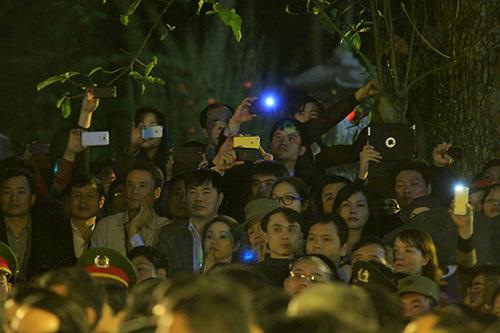 Chen lấn, xô đẩy để giành 'lộc' đêm khai ấn đền Trần-6