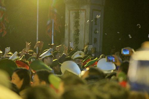 Chen lấn, xô đẩy để giành 'lộc' đêm khai ấn đền Trần-4