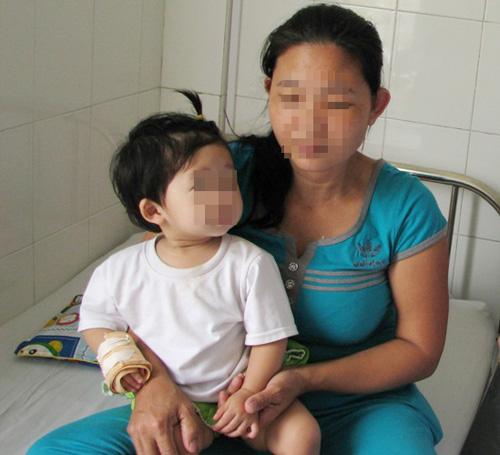 Bé gái 14 tháng tuổi nguy kịch vì hóc hạt dưa-1
