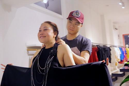 Vắng khách mời, Siu Black vẫn tươi rói đi thử váy-5