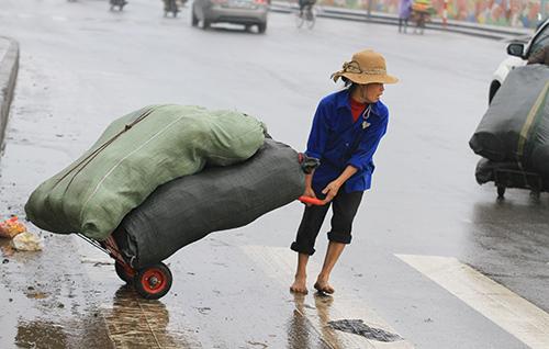 'Thân cò' mưu sinh trong mưa lạnh giữa Thủ đô-1
