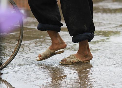 'Thân cò' mưu sinh trong mưa lạnh giữa Thủ đô-3