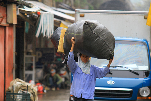 'Thân cò' mưu sinh trong mưa lạnh giữa Thủ đô-9