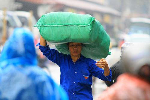 'Thân cò' mưu sinh trong mưa lạnh giữa Thủ đô-8