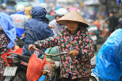 'Thân cò' mưu sinh trong mưa lạnh giữa Thủ đô-6
