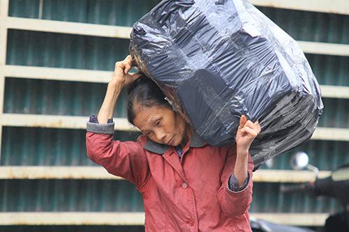 'Thân cò' mưu sinh trong mưa lạnh giữa Thủ đô-5