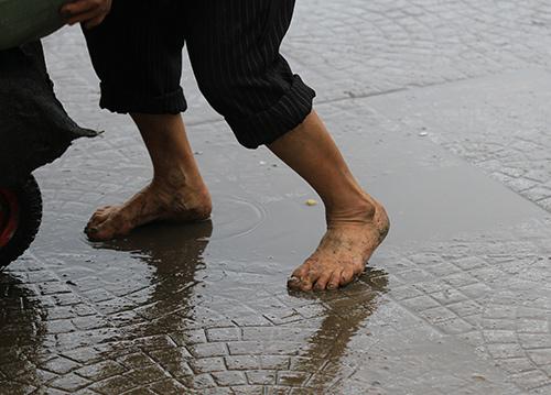 'Thân cò' mưu sinh trong mưa lạnh giữa Thủ đô-2