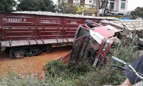 Tàu hỏa tông ô tô tải, lái tàu gãy chân-2