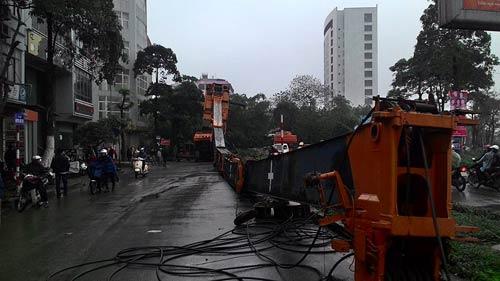 HN: Cần cẩu hàng chục tấn đổ sập xuống phố - 1
