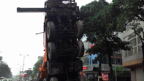 HN: Cần cẩu hàng chục tấn đổ sập xuống phố - 3