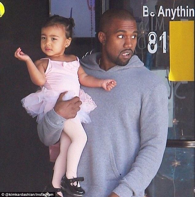 kim kardashian khoe anh con gai giong het me - 2