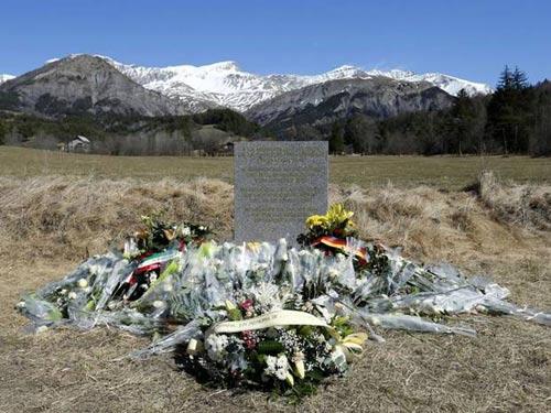 Vụ máy bay rơi ở Pháp: 3 thế hệ qua đời-1