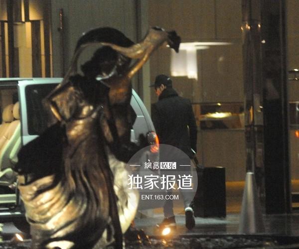 """Huỳnh Hiểu Minh """"qua đêm"""" cùng bạn gái sau scandal-4"""