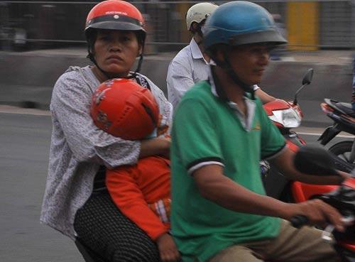tp.hcm: tre mẹt mỏi ngủ tren xe khi cha mẹ trỏ lại thanh pho - 2