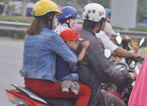 tp.hcm: tre mẹt mỏi ngủ tren xe khi cha mẹ trỏ lại thanh pho - 4