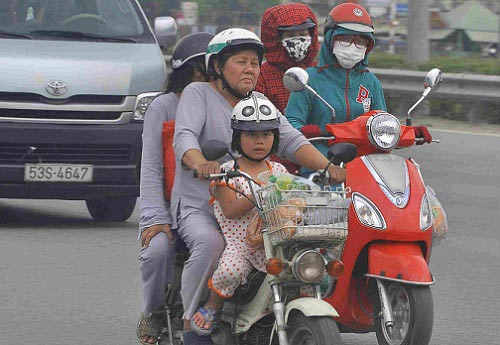 tp.hcm: tre mẹt mỏi ngủ tren xe khi cha mẹ trỏ lại thanh pho - 6