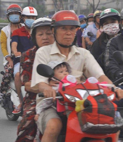 tp.hcm: tre mẹt mỏi ngủ tren xe khi cha mẹ trỏ lại thanh pho - 7