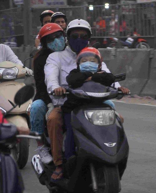 tp.hcm: tre mẹt mỏi ngủ tren xe khi cha mẹ trỏ lại thanh pho - 9