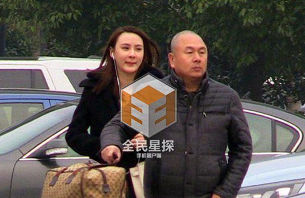 "lam tam nhu om ap ""ban trai moi"" giua bao scandal - 9"