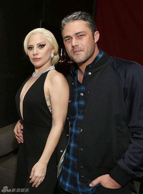 Lady Gaga và chồng sắp cưới tình tứ trên thảm đỏ-1