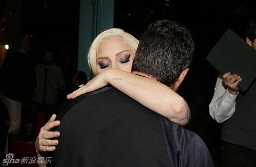 Lady Gaga và chồng sắp cưới tình tứ trên thảm đỏ-2
