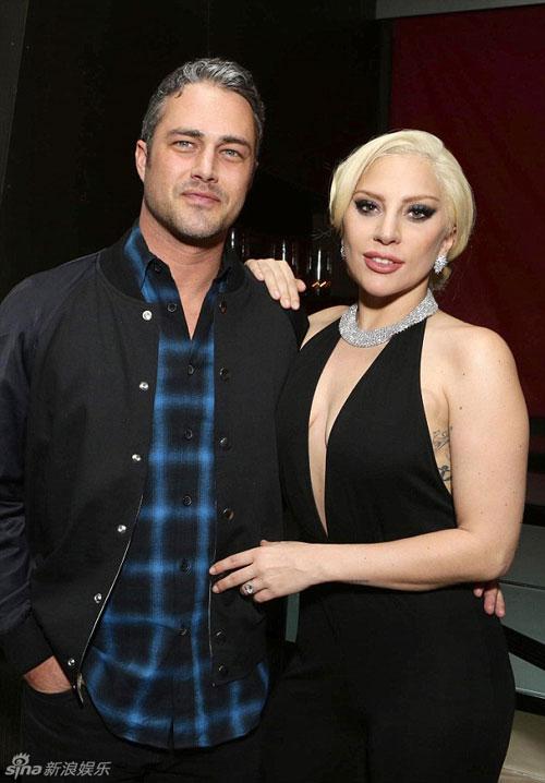 Lady Gaga và chồng sắp cưới tình tứ trên thảm đỏ-3