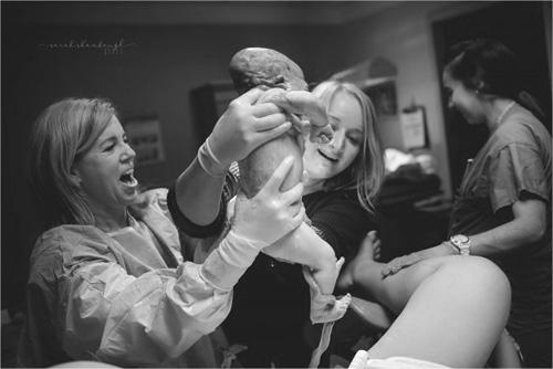 Cảm động chuyện có con của mẹ nhờ 2 người mang thai hộ-1