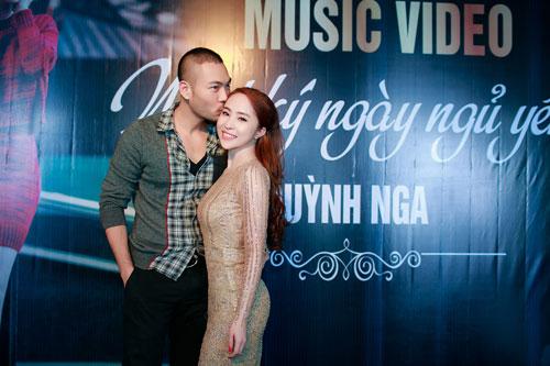 Doãn Tuấn tình cảm hôn Quỳnh Nga trong ngày ra mắt MV-2
