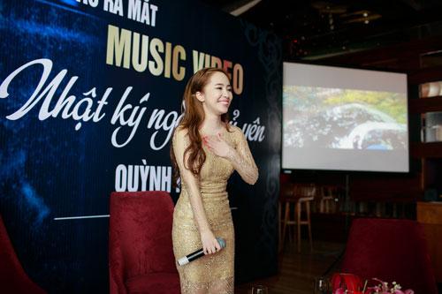 Doãn Tuấn tình cảm hôn Quỳnh Nga trong ngày ra mắt MV-9